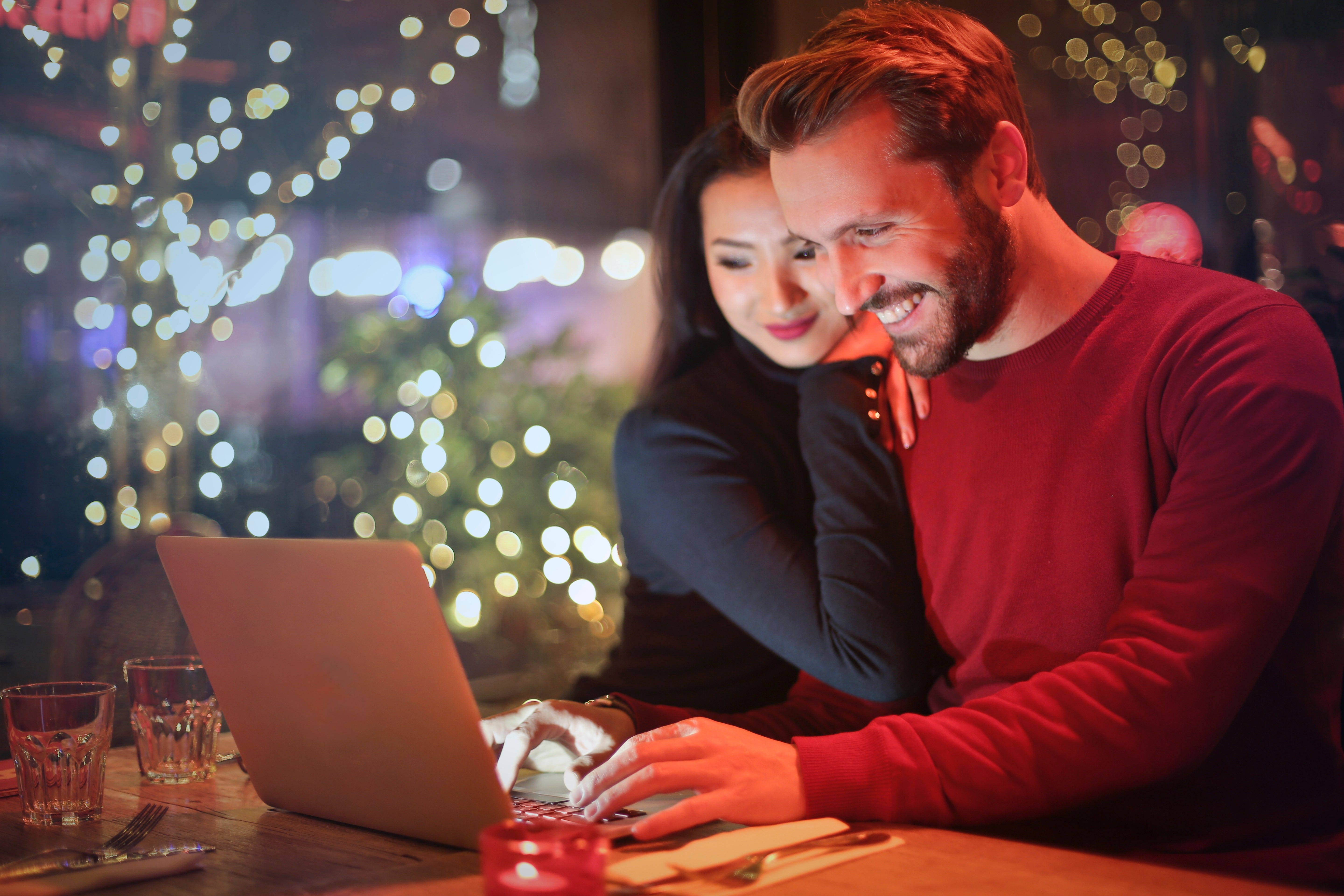 couple online holiday shopping
